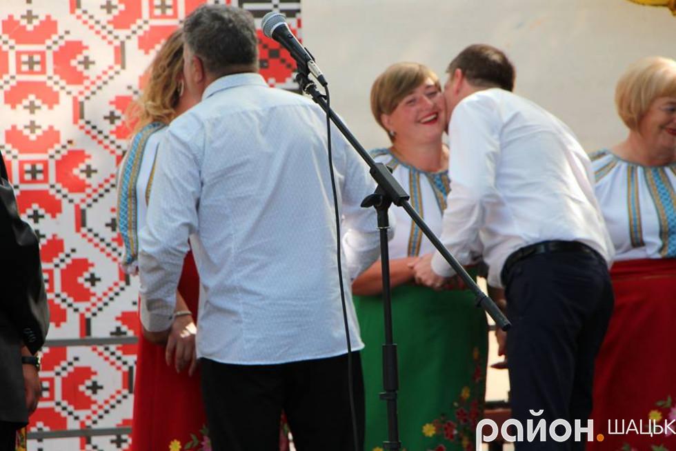 Поляки розцілували усіх учасниць ансамблю!