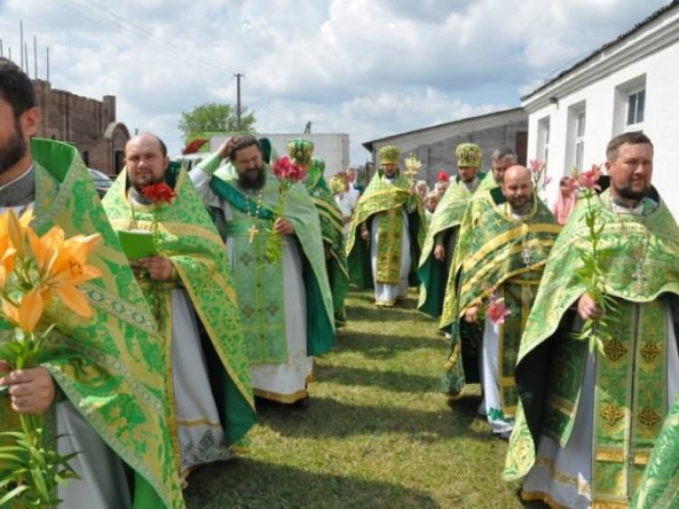 У Свято-Онуфріївському храмі селища цього дня звершується святкове Богослужіння.