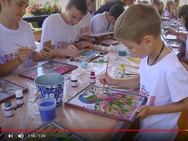 Учасники пленеру «Малярство у дружньому колі» зі своїми малюнками на склі