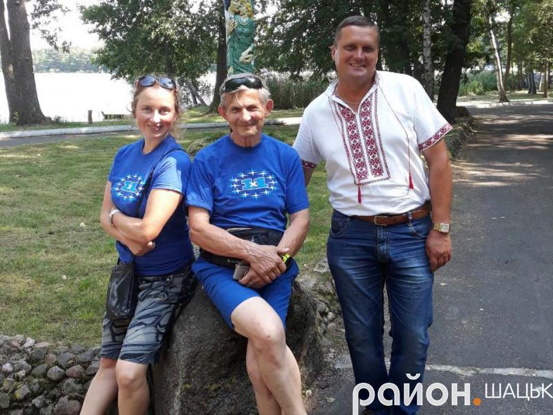 Арно Павел (у центрі) біля озера Пісочне