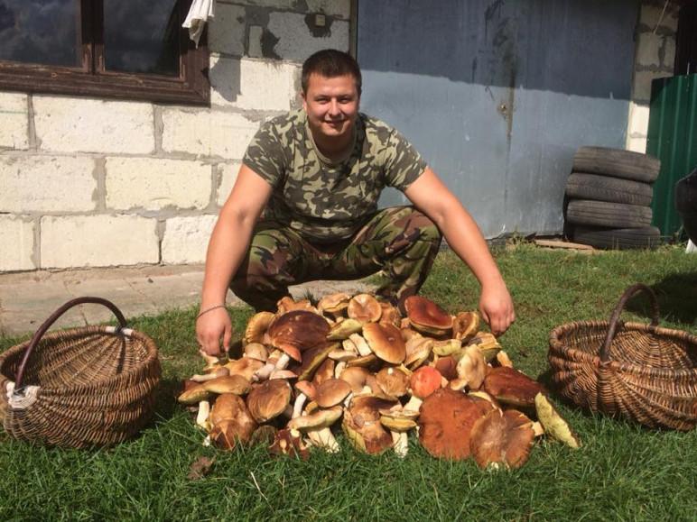 Олександр Ткачук вихваляється горою білих грибів