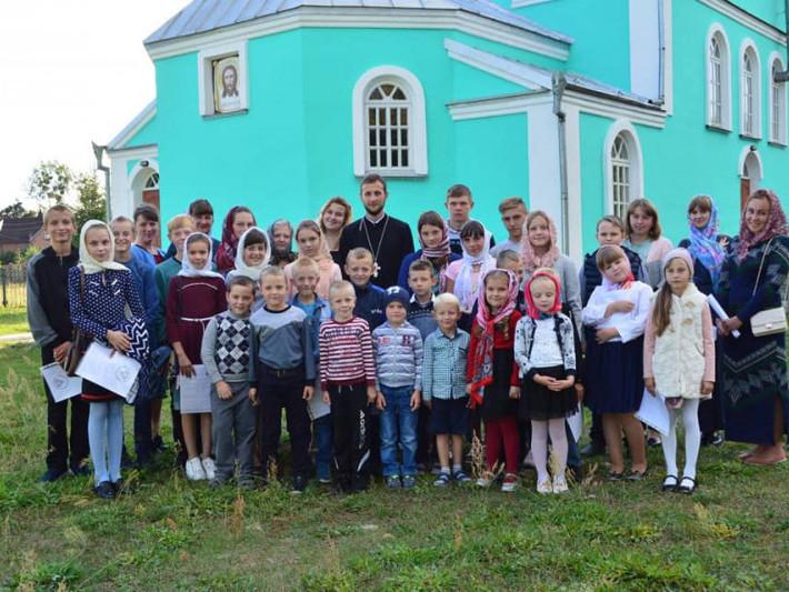 Біля Свято-Аннівського храму села Мельники