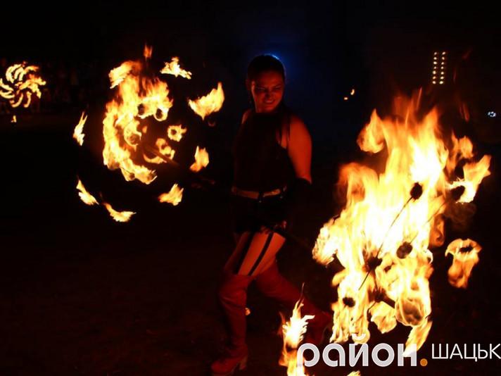 Команда «Люм», яка підкорила вогняну стихію, поділилася своїм вмінням з шачанами