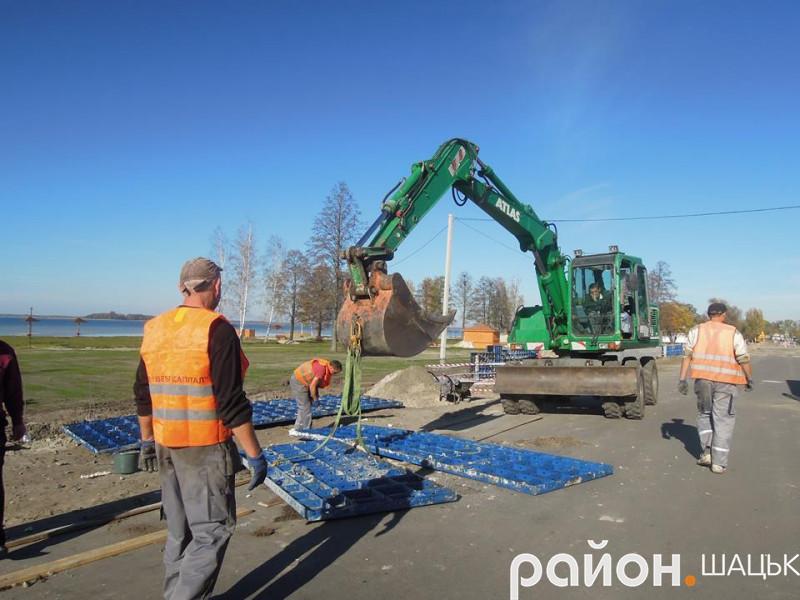 В селі Світязь триваютьроботи з розширення дороги