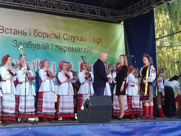 Олександр Савченко вручає нагороду Світлані Постернак