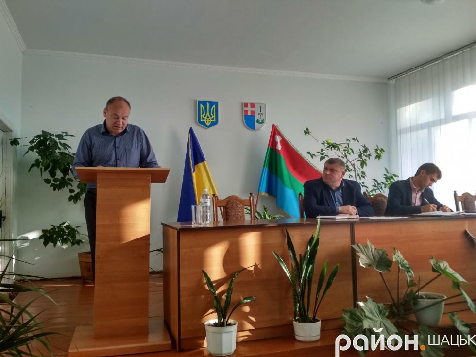 Депутат Андрій Лисий озвучує свій запит про використання прапора