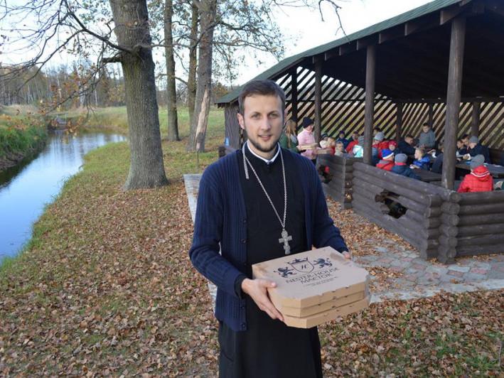 Отець Василій організував екскурсію для дітей і пригостив їх піцою