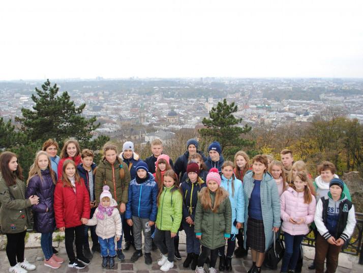 Школярі мали нагоду оглянути краєвиди міста із гори «Високий замок»