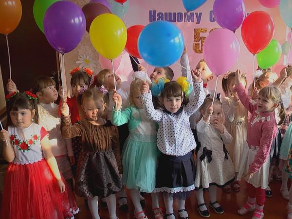 Від благодійного фонду Степана Івахіва«Патріоти Волині» діти отримали фрукти, іграшки та повітряні кульки