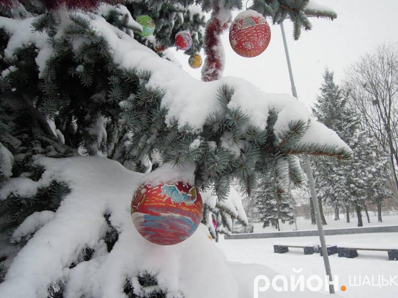 Новорічні ялинки в Шацьку засипало снігом