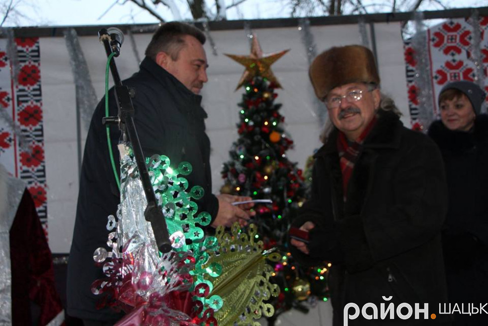 Віктор Плейтух вручає нагороду Миколі Регещуку