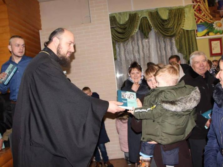 Священик привітав кожну сім'ю зі святом й подарував книги Нового завіту