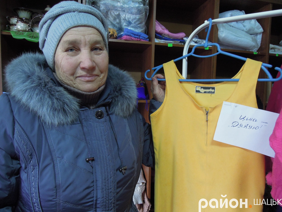 Марія Ковальчук безкоштовно віддає відвідувачам одяг з магазину