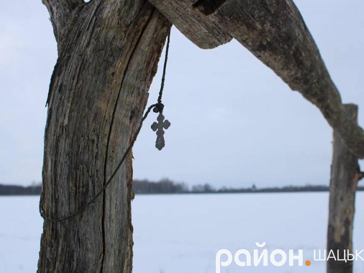 Залишений кимось хрестик на березі озера Велике Чорне навіює думки про неземне