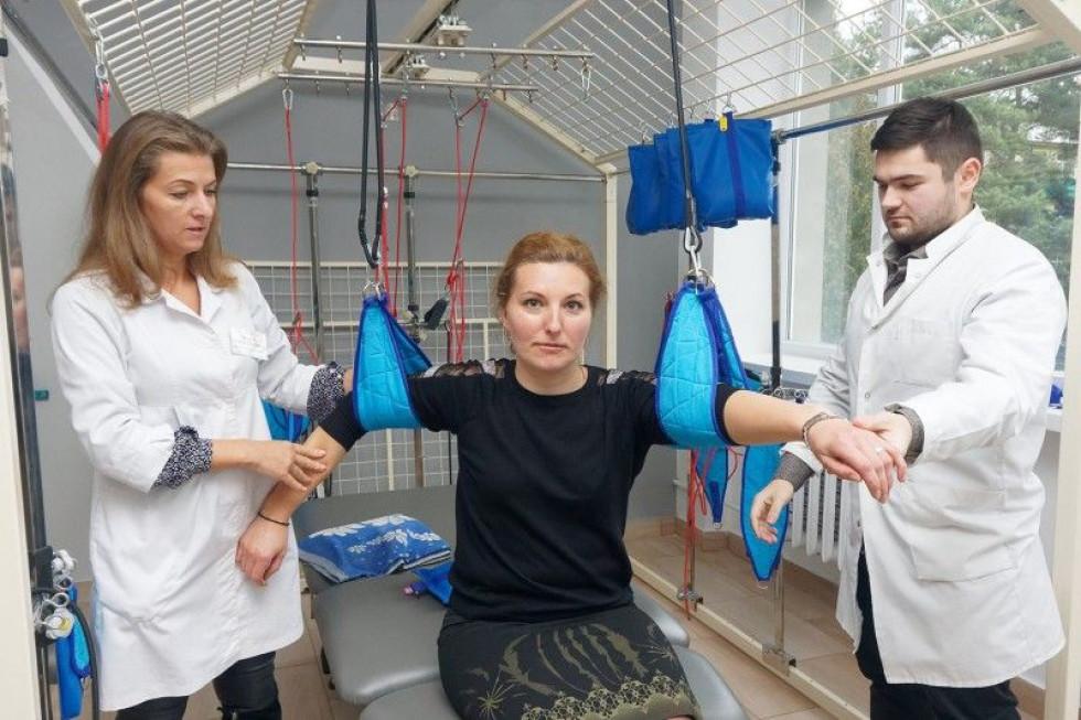 Лікарі Олена Іванюк і Петро Лопушук новим обладнанням задоволені.