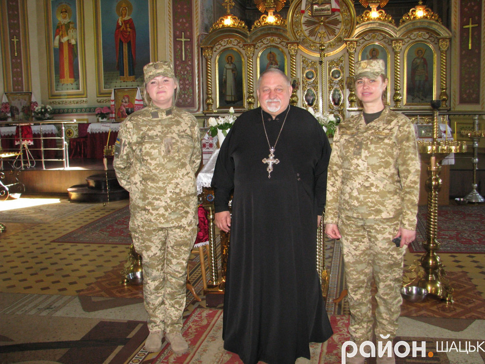 Алла Семенюк та Катерина Литвинчук разом із отцем Євгеном