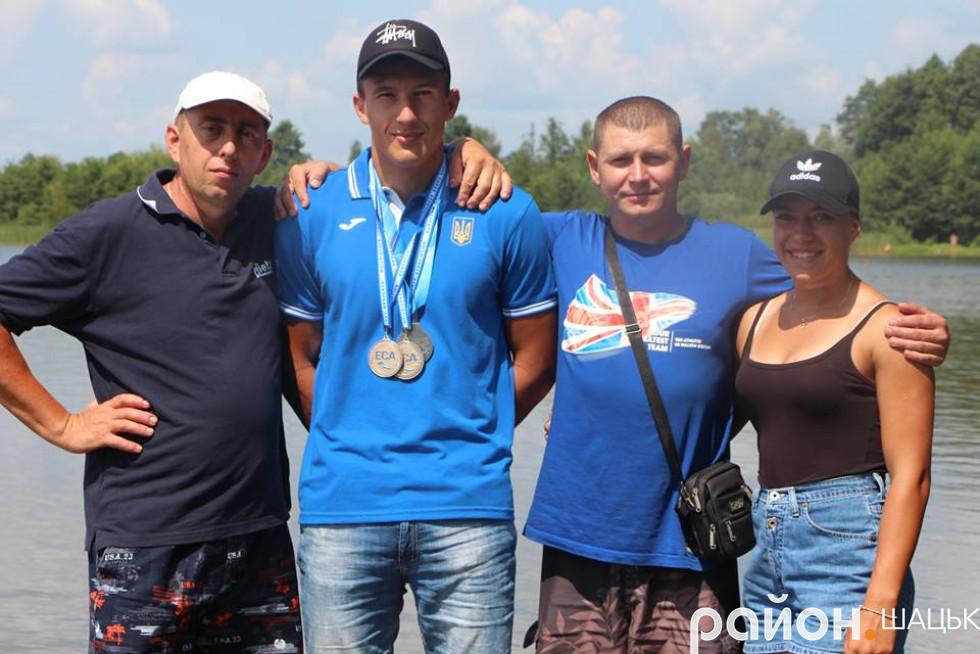 Крайня справа - учасниця збірної України на чемпіонаті Європи Валерія Терета з Шацька
