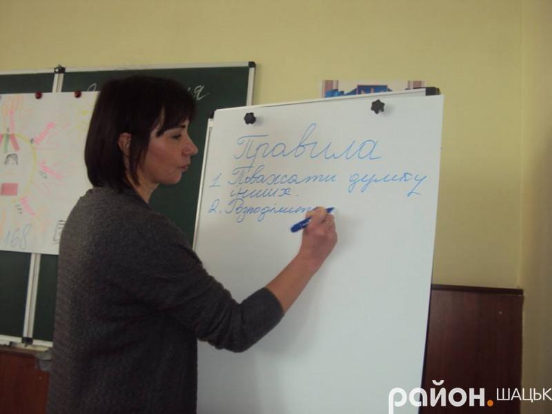 Методист відділу освіти, молоді та спору Ірина Бондар
