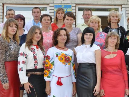 Ювілярка (в центрі) з колегами по роботі