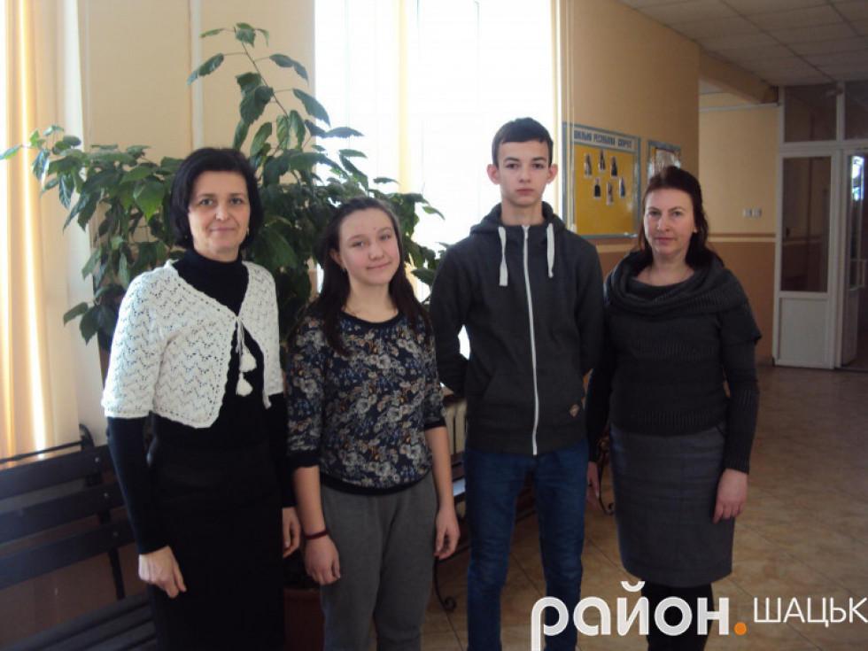 Оксана Данилюк та її колега Світлана Силюк із переможцями олімпіад - Діаною Жур та Станіславом Кислюком