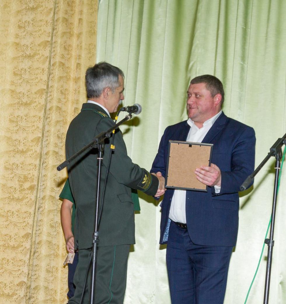 Микола Прасюк отримує нагороду з рук голови Шацької РДА
