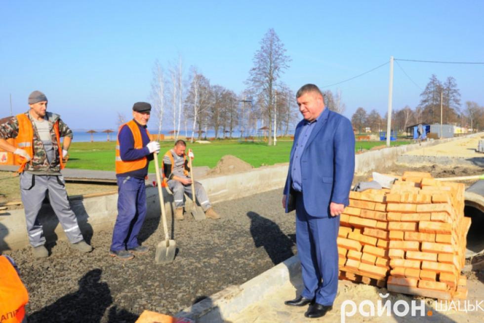 Василь Голядинець інспектує ремонт дороги біля набережної в Світязі