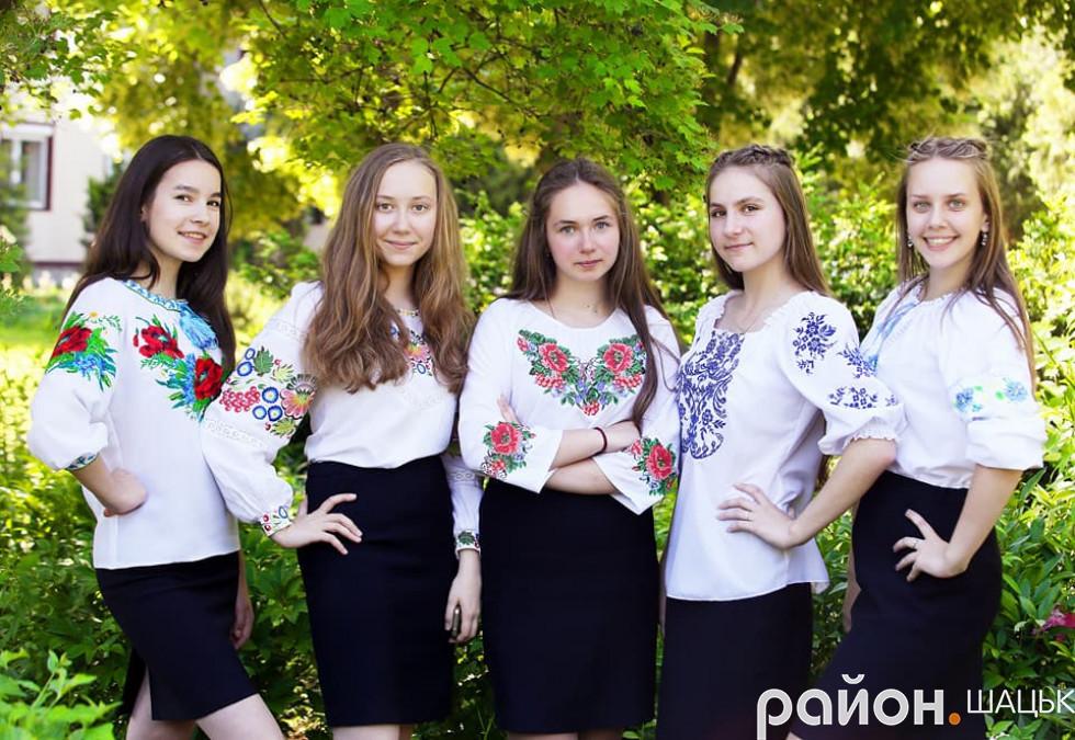 Настя Падалюк разом зі своїми однокласницями-ліцейстками