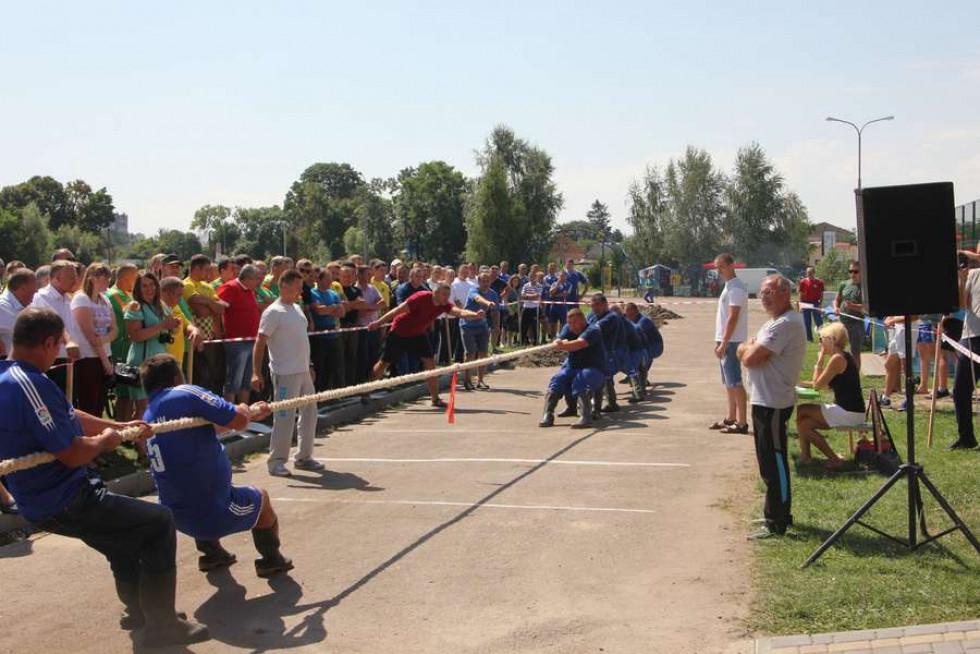 Традиційно-улюбленими у лісівників стали футбольні змагання та поєдинки з багатоборства