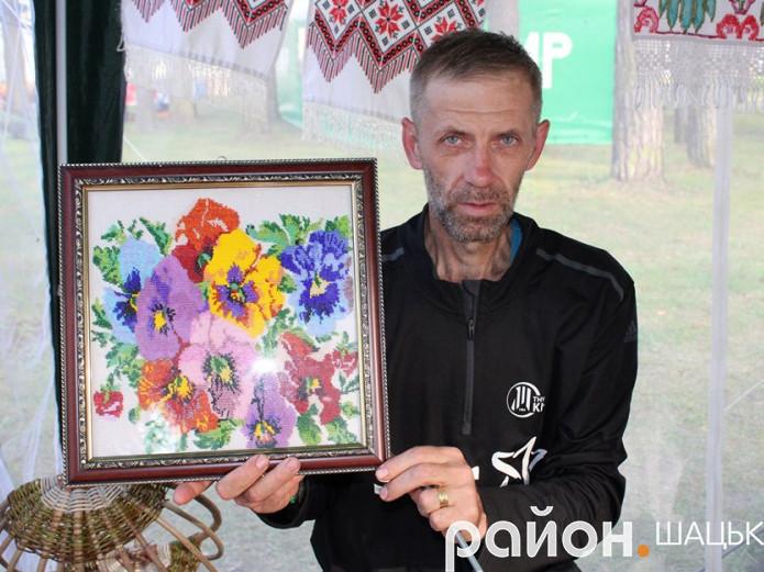 Олександр Івашковський вишиває бісером і плете гачком м'які іграшки