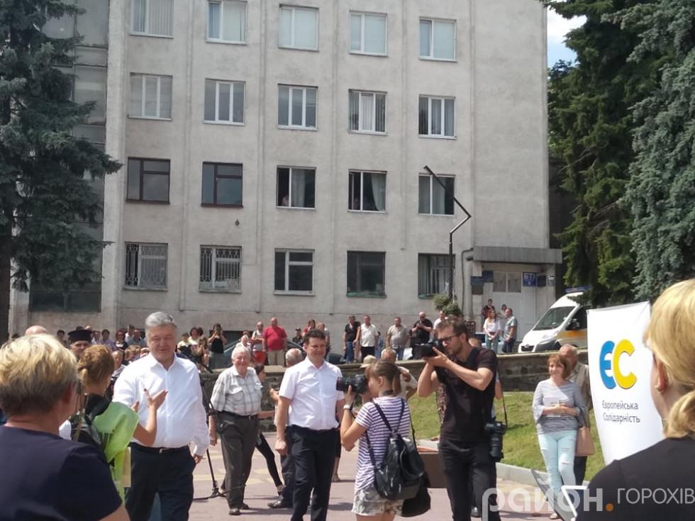 Петро Порошенко почав зустріч із традиційних рукотискань із прихильниками