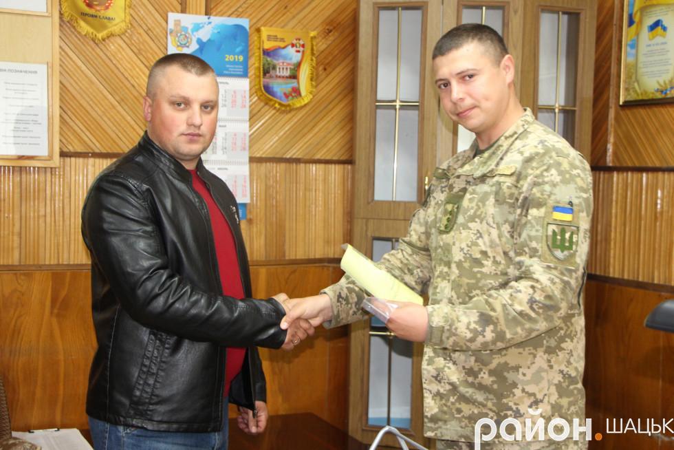 Валентин Борух вручає нагороди мобілізованим шачанам