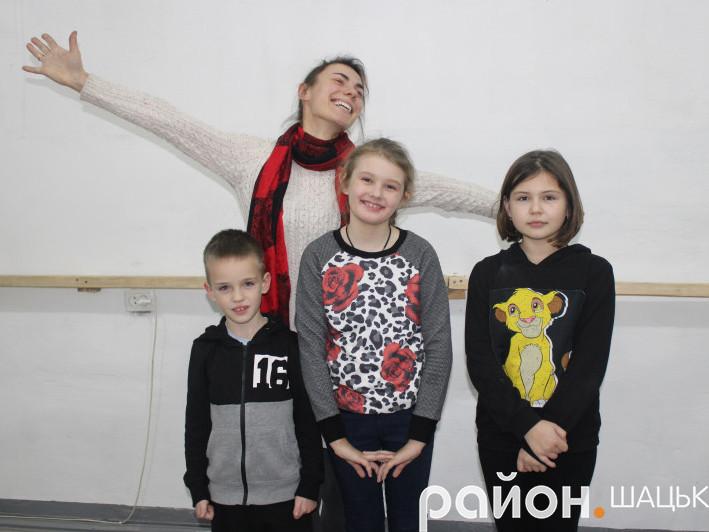Уляна Цісарук з вихованцями драмгуртка в Шацьку