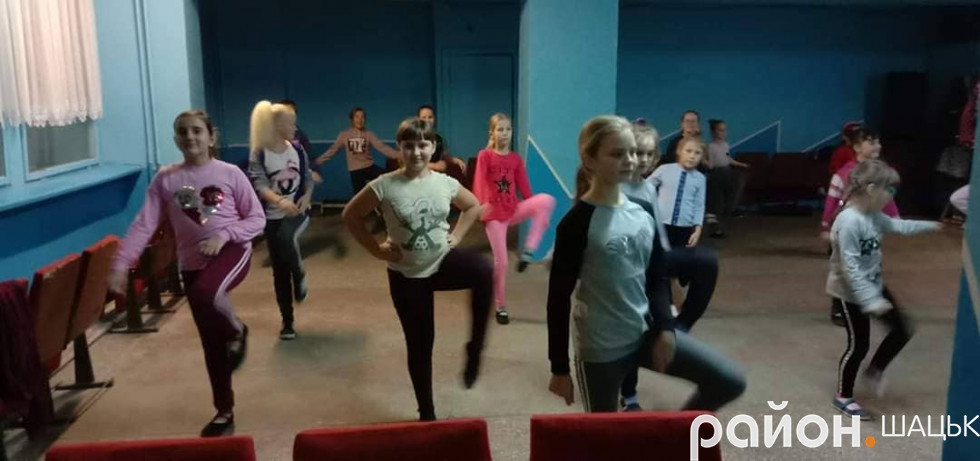Юні танцівники з Піщі під час заняття
