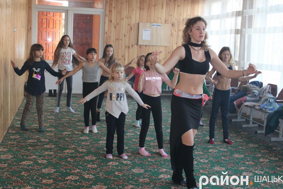 Маленькі світязянки полюбили східні танці