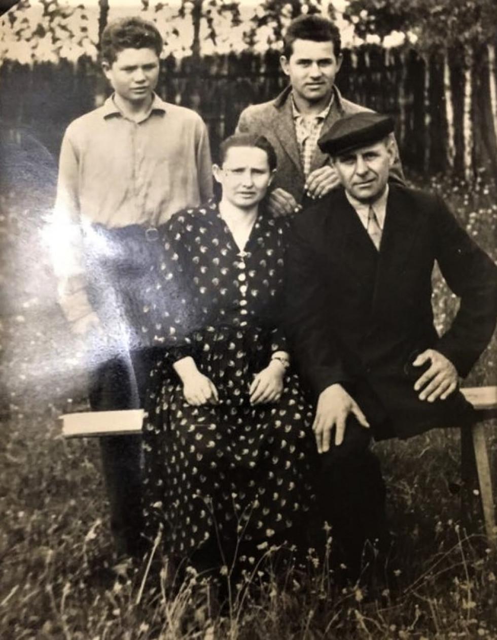 Трохим (дід Геннадія) з сім'єю. 70-ті роки XXст.