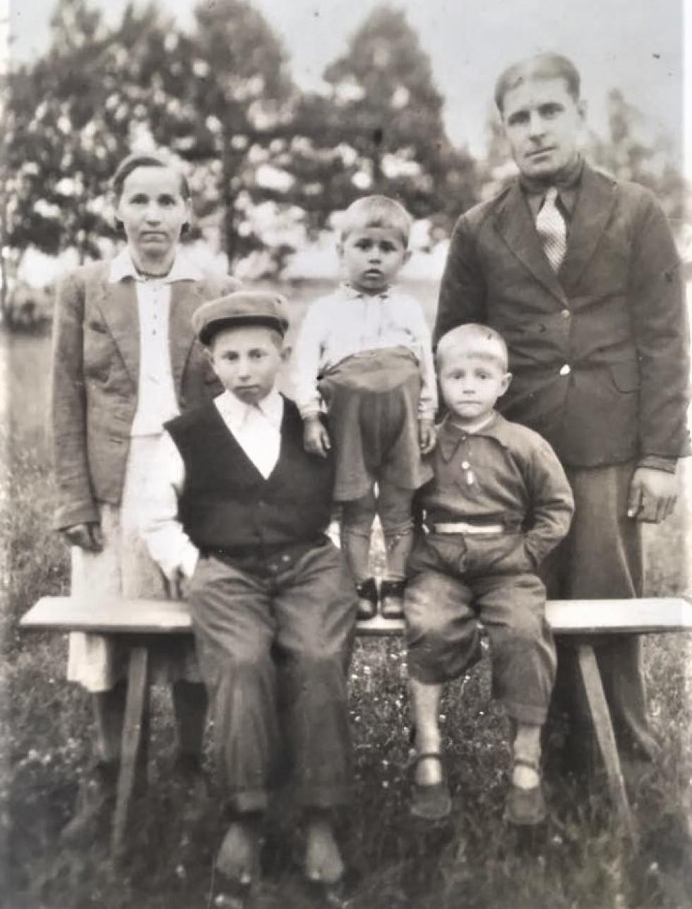 Трохим Дзядук (дід Геннадія) з дружиною та дітьми