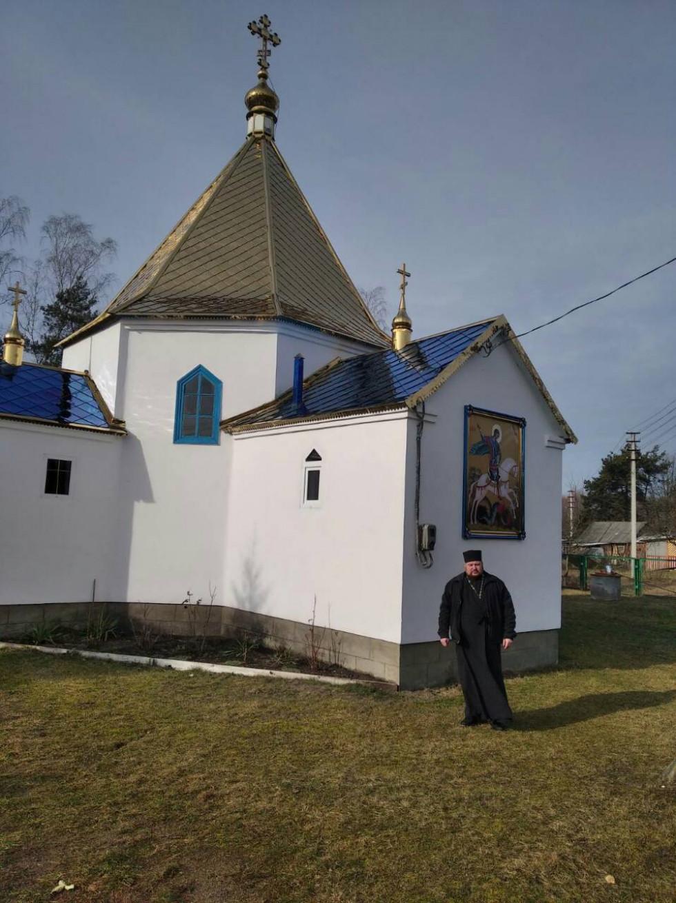 Біля храму в Голядині