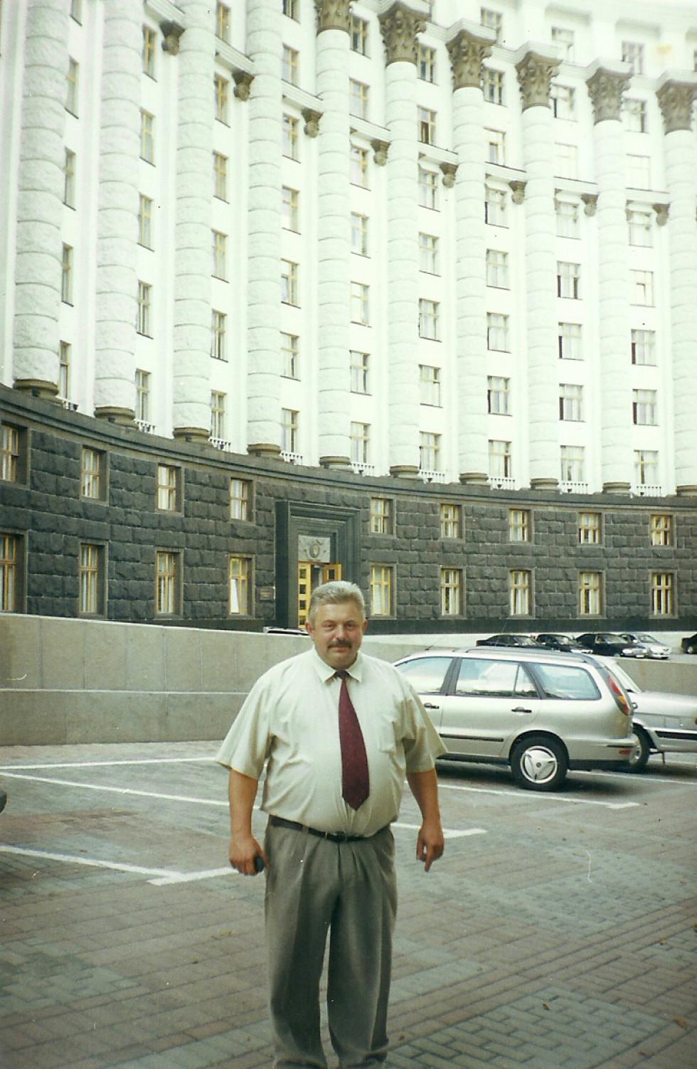 Біля будівлі Кабінету міністрів України