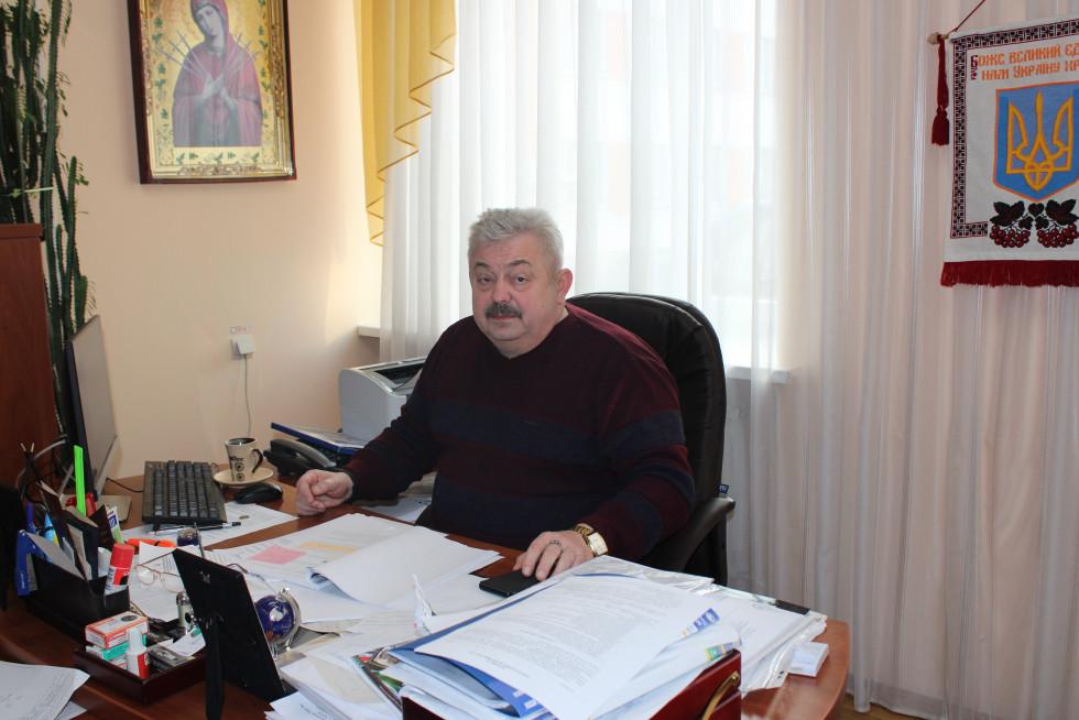 Володимир Юрійович у робочому кабінеті