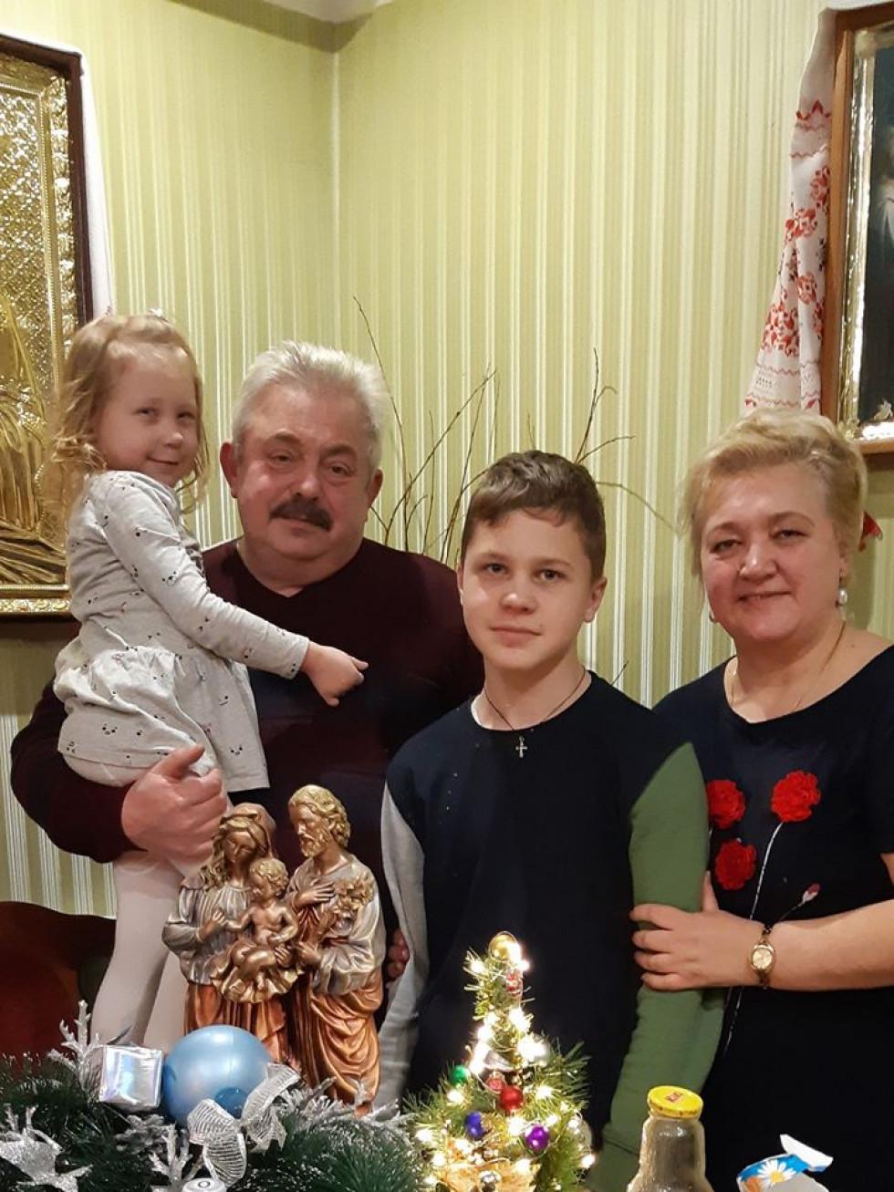 Щасливі дідусь і бабуся з внуками  Златою та Андрійком